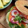 photo Bagel de saumon fumé mariné avocat oignons rouges & mâche