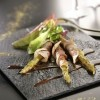 photo Asperges roulées à la ventrêche de cochon et mesclun de salades