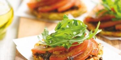 photo Tarte fine de pommes de terre, tapenade de tomate et roquette
