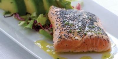 photo Saumon de Norvège grillé et mariné avec salade d'avocat
