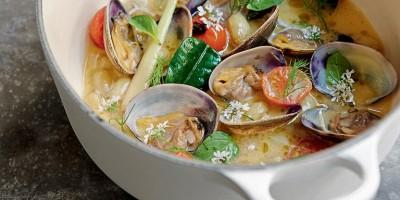photo Bouillon de palourdes aux pommes de terre grenaille et tomates confites