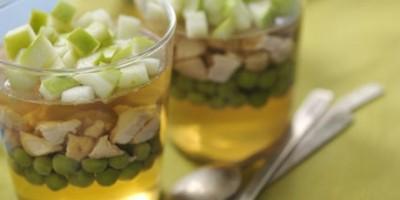 photo Verrine de lapin en gelée de pomme verte et petits pois frais