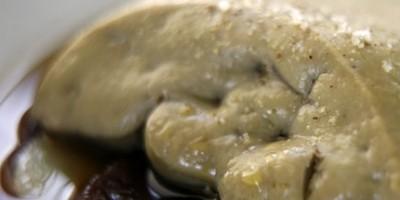 photo Foie gras de canard poché dans un consommé, pommes acidulées