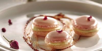 photo Macarons à la rose et crème de lait